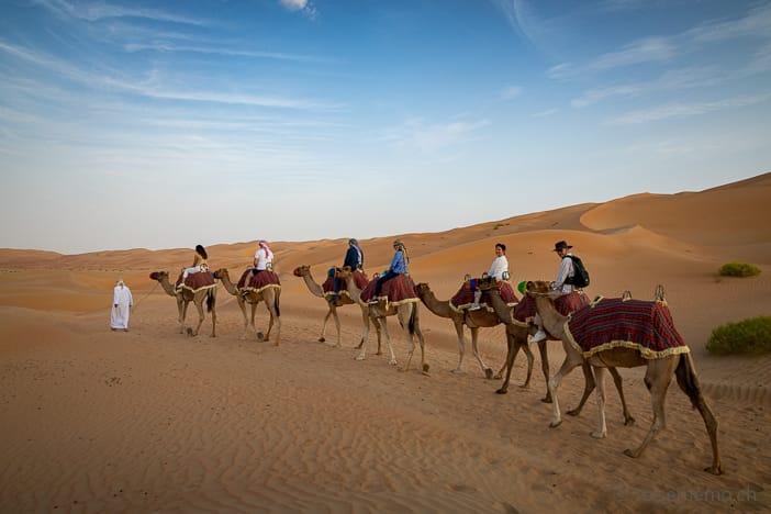 Touristenkarawane beim Kamelreiten