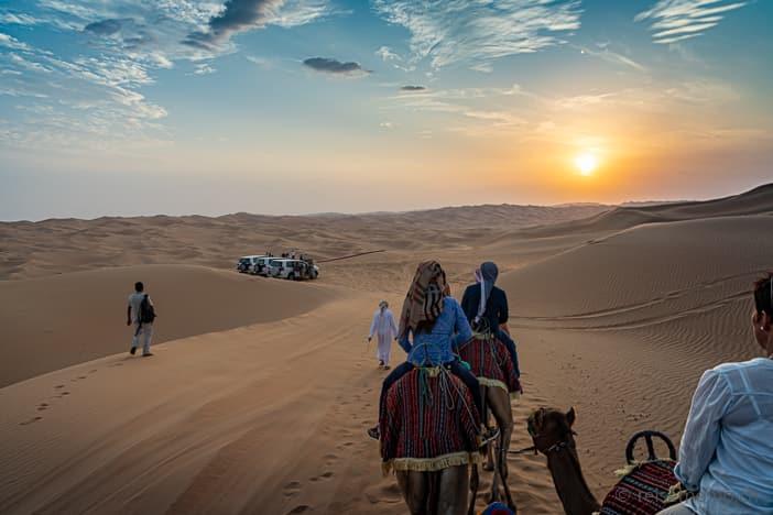 Kamelritt in den Sonnenuntergang der Rub al-Khali Wüste