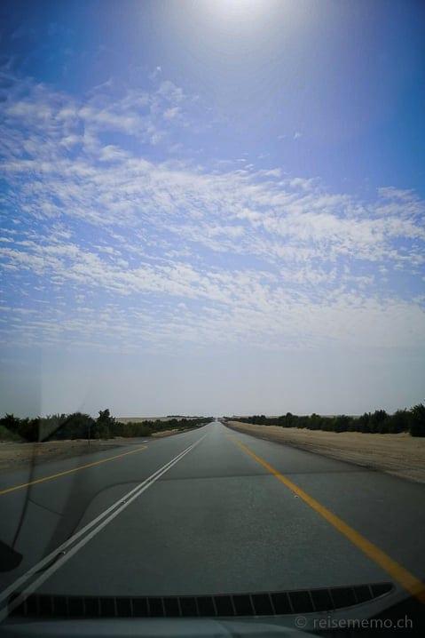 200 Kilometer geradeaus von Abu Dhabi in die Rub al-Khali Wüste