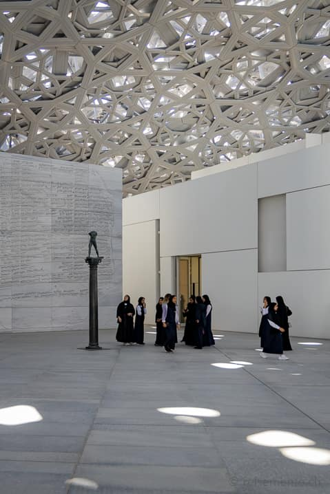 Schüler im Louvre Abu Dhabi