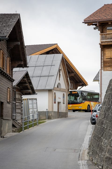 Wartendes Postauto in Andiast