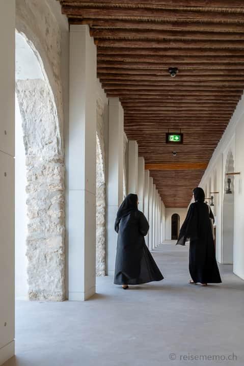 Frauen im Qasr Al Hosn