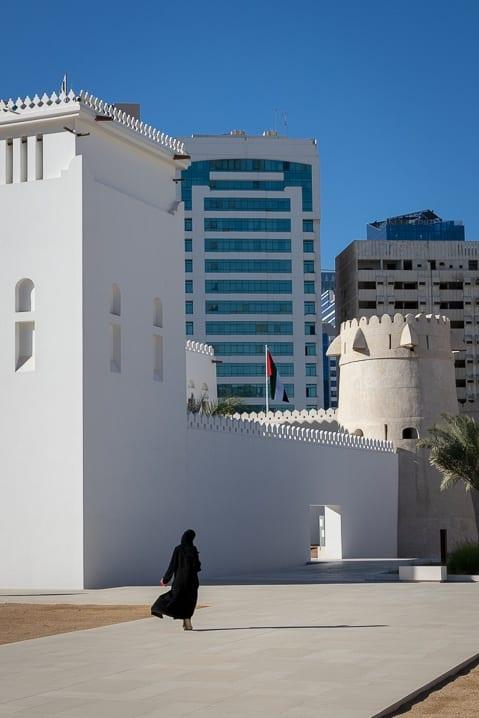 Frau in Abaya vor dem Fort