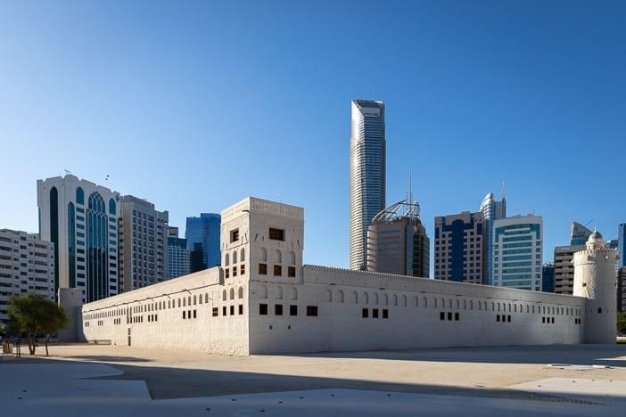 Qasr Al Hosn Fort vor der Skyline von Abu Dhabi