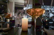 Proseccoglas im urbanen Ambiente des Restaurants Mémoire