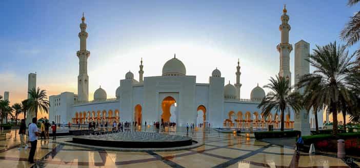 Scheich-Zayid-Moschee mit den vier Minaretten