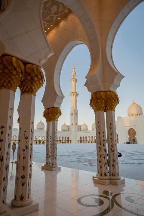 Schneeweissen Marmorsäulen in der Scheich-Zayid-Moschee in Abu Dhabi