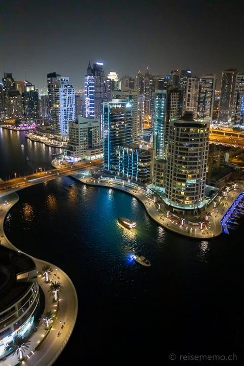 Hochhäuser der Dubai Marina nachts