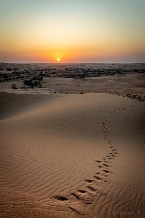 Qasr Al Sarab Wüstenhotel im Sonnenaufgang