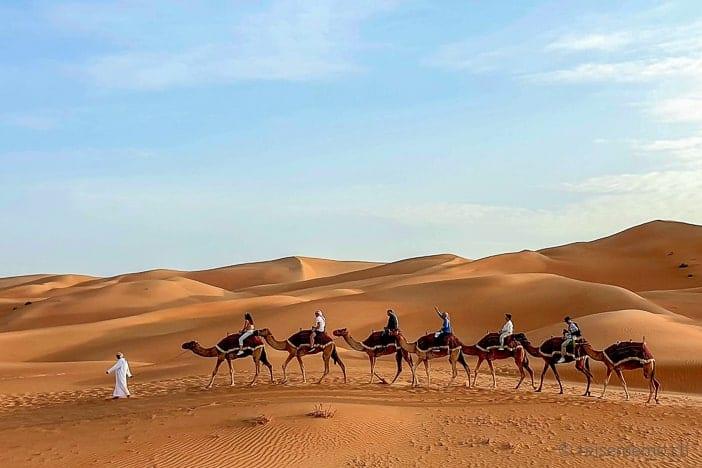 Touristenkarawane in der Liwa-Wüste