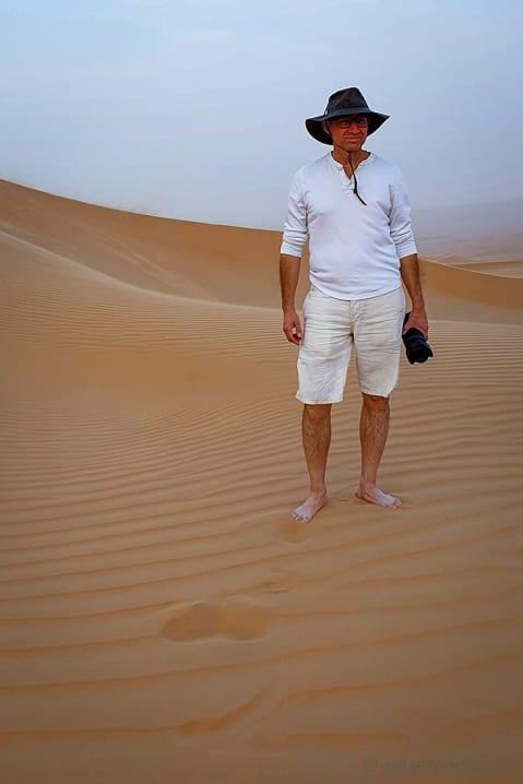 Walter barfuss auf einem Dünenspaziergang