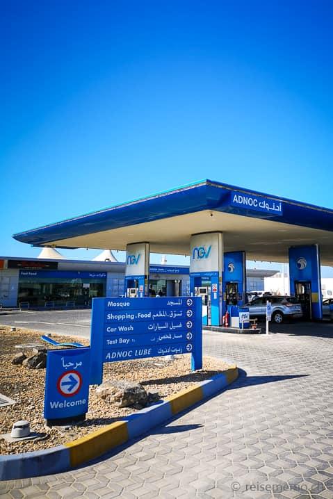 Einsame ADNOC Tankstelle in der Rub Al Khali Wüste