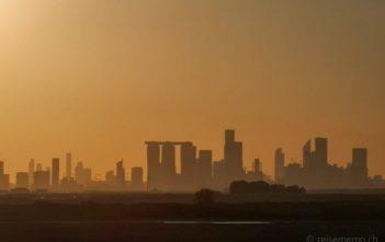 Skyline von Abu Dhabi von der Autobahn aus