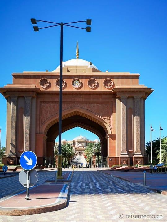 Vorfahrt des Emirates Palace Hotels in Abu Dhabi