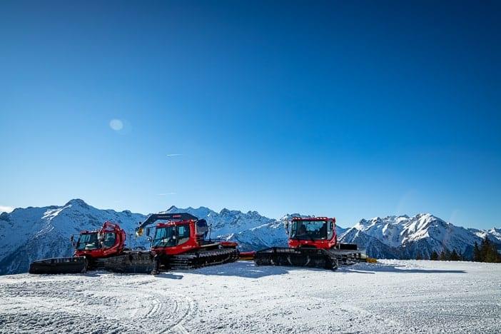 Ratracs vor dem Alpenpanorama von Pizzo Forno bis Pizzo Massari