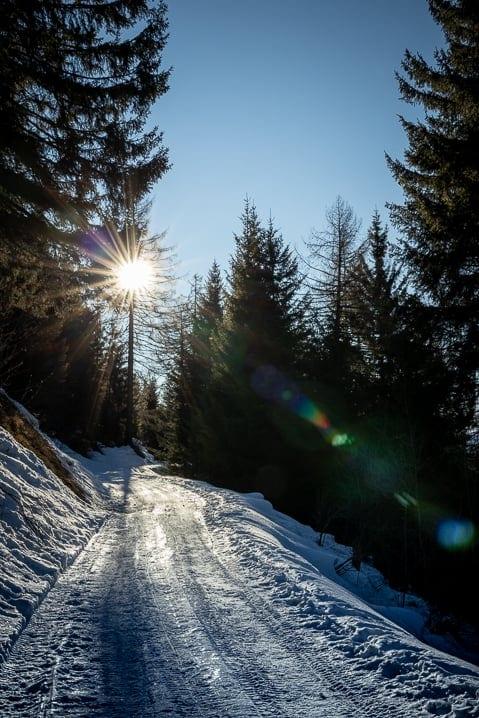 Verschneite Bergstrasse Pro d'ör bei Carì