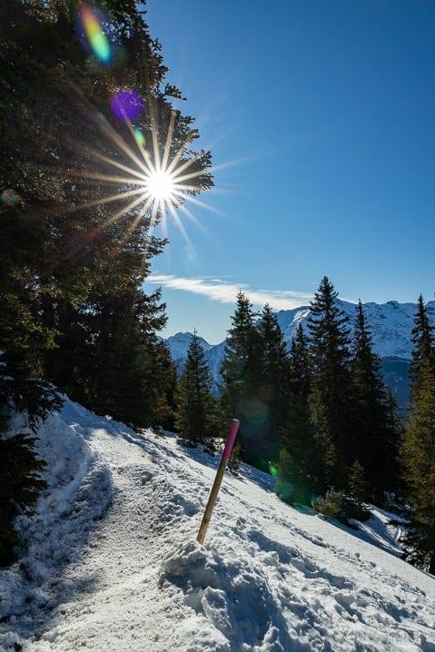 Sonniger Winterwanderweg von Carì
