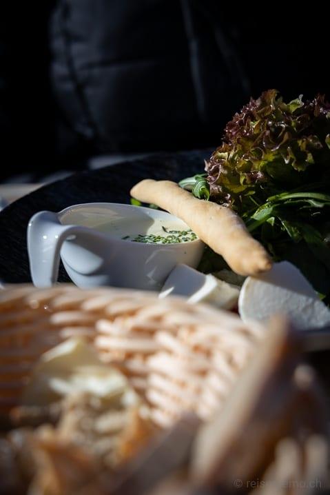 Mittagessen: Grissini auf seiner Suppe und Brotkorb