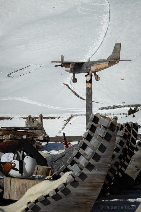 Dekoratives Holzflugzeug auf der Rossalm-Terrasse