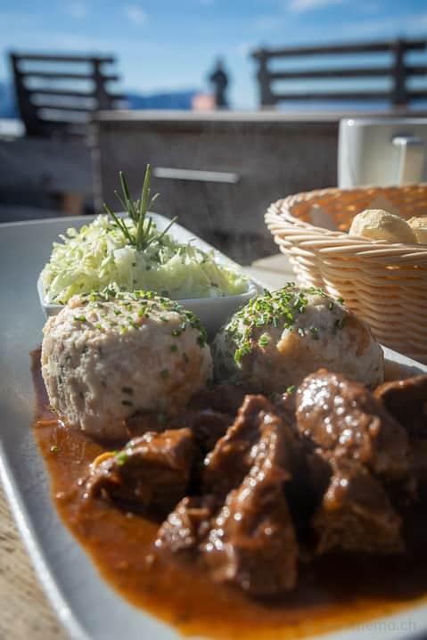 Signature-Dish: Rindsgulasch vom Kaiserteil mit Speckknödel und Krautsalat