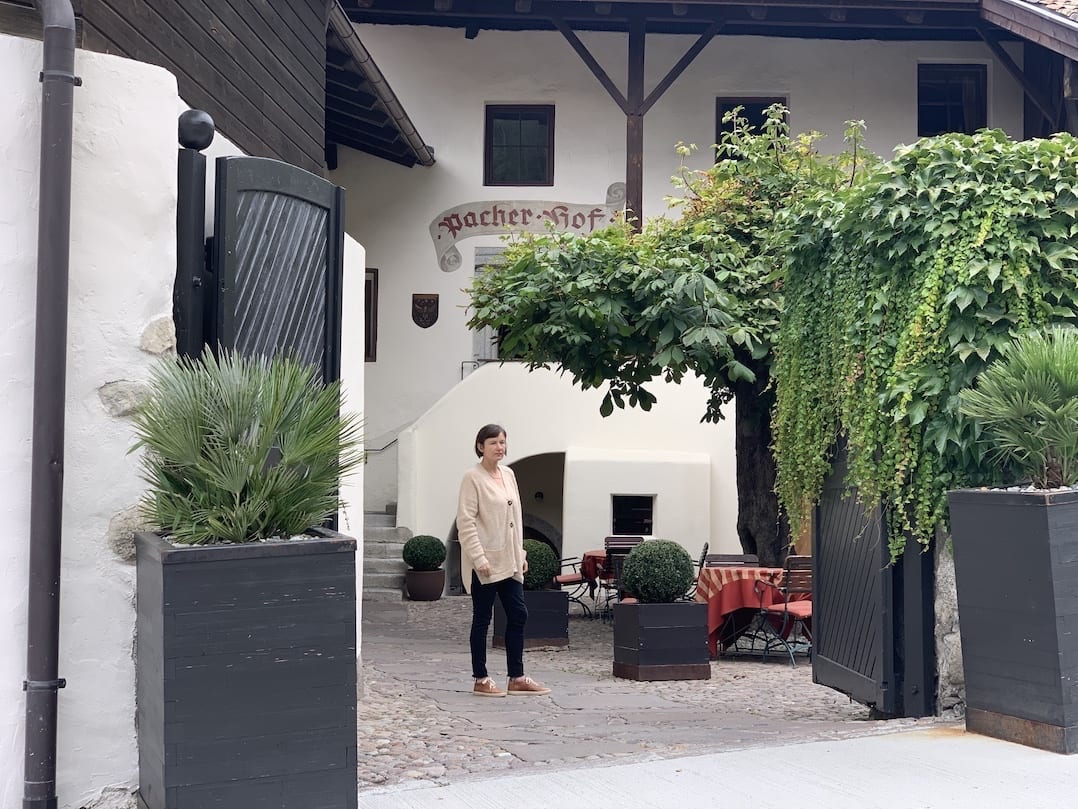 Autorin Simone Ott vor dem mittelalterlichen Teil des Pacherhofs