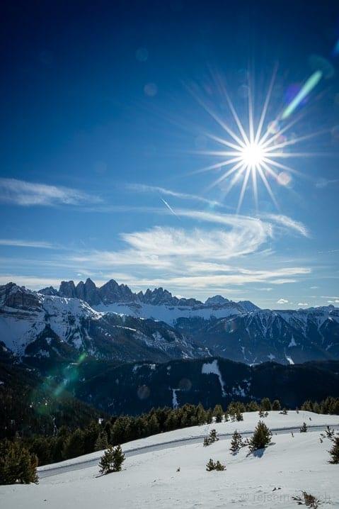 Strahlende Sonne über dem Woody Walk vor dem Dolomiten-Bergpanorama