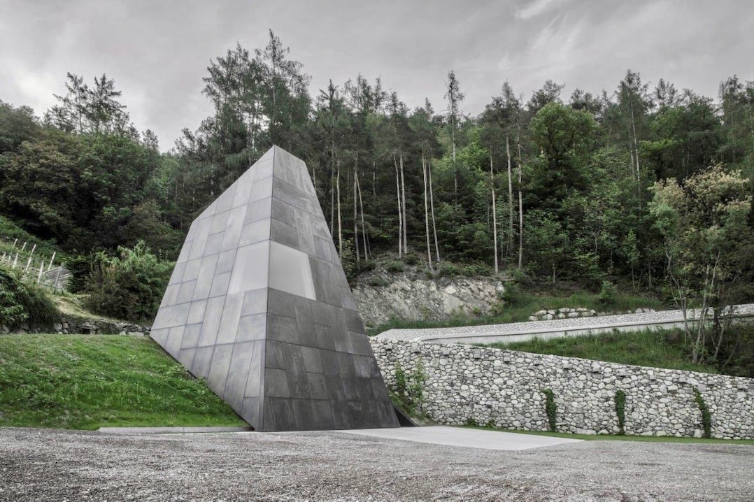Monolith aus Bronze auf dem Parkplatz des Pacherhofs