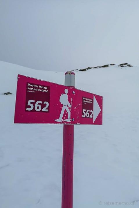 Schneeschuh-Wegweiser Muottas Muragl Schneeschuhtrail 561