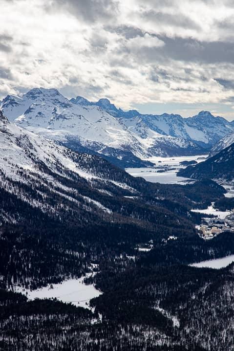 Aussicht auf den gefrorenen Stazer See und Engadiner Seenplatte im Hintergrund