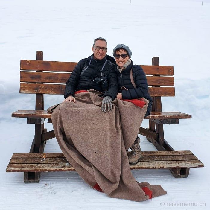Walter und Katja pausieren auf einem der Sitzbänke mit Wolldecke
