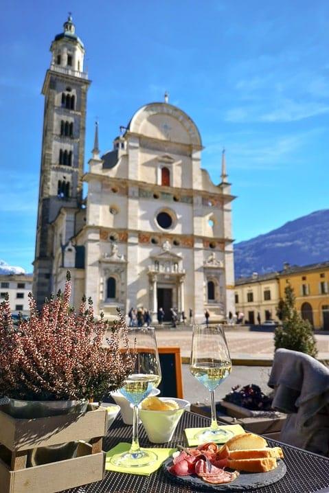 Apéro in Tirano vor dem Santuario della Madonna in Tirano