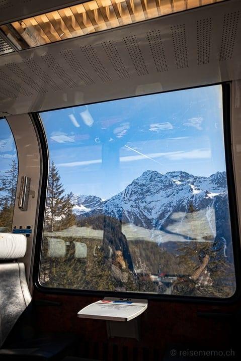 Katja und Walter geniessen die Aussicht aus dem Bernina Express Panoramawagen