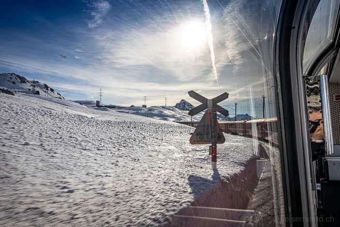 Bahnübergang des Bernina Express der Rhätischen Bahn