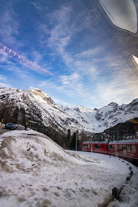 Bernina Express in der Montebello Kurve mit Blick auf den Morteratschgletscher