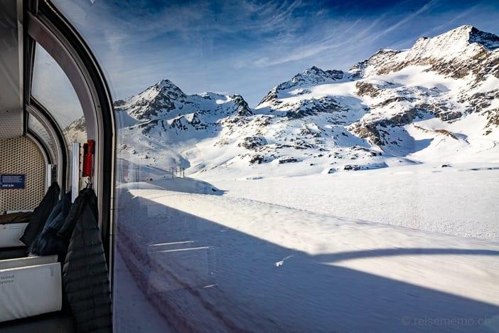Fahrt im Bernina Express Panoramawagen entlang des zugeschneiten Lago Bianco