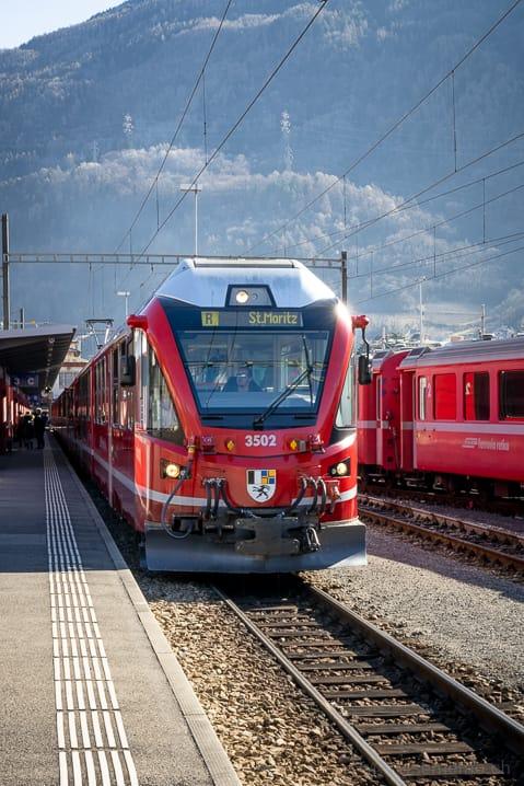 Roter Triebwagen des Bernina Express in Tirano in Richtung St. Moritz