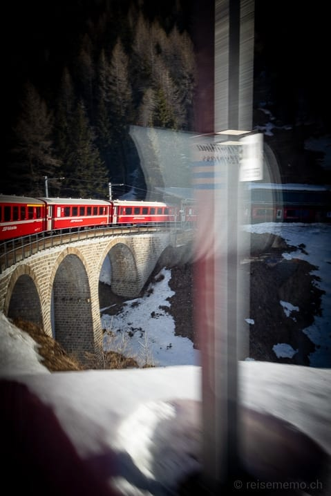 Bernina Express auf dem Bahnviadukt über Acqua di Pila