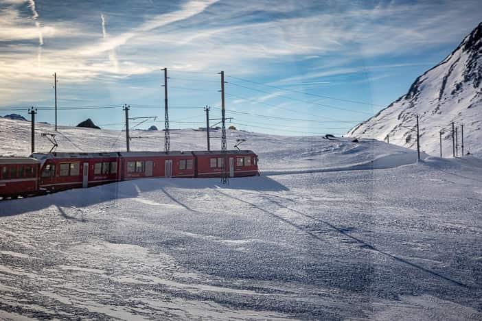 Bernina Express kurz vor dem winterlichen Lago Bianco