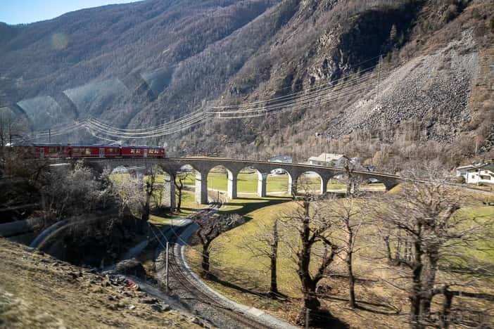 Bernina Express fährt in den Kreisviadukt ein