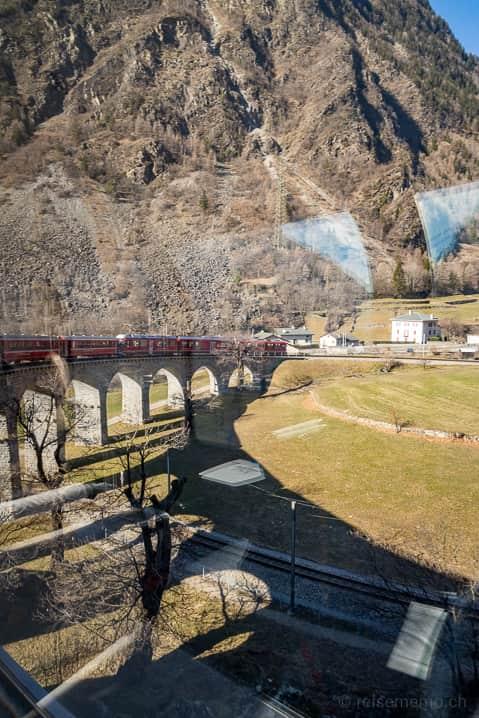 Schattenspiel im Kreisviadukt von Brusio der Rhätischen Bahn