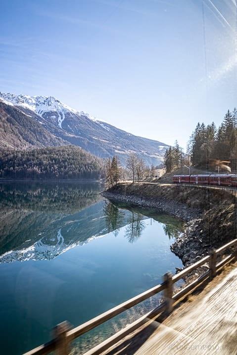 Bernina Express am Lago di Poschiavo kurz vor Miralago