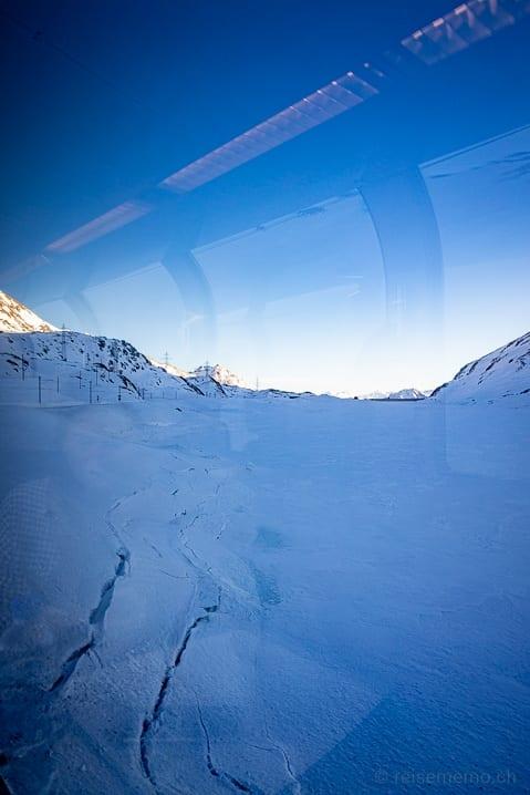 Bernina Express Panoramawagen: Ufer des gefrorenen Lago Bianco