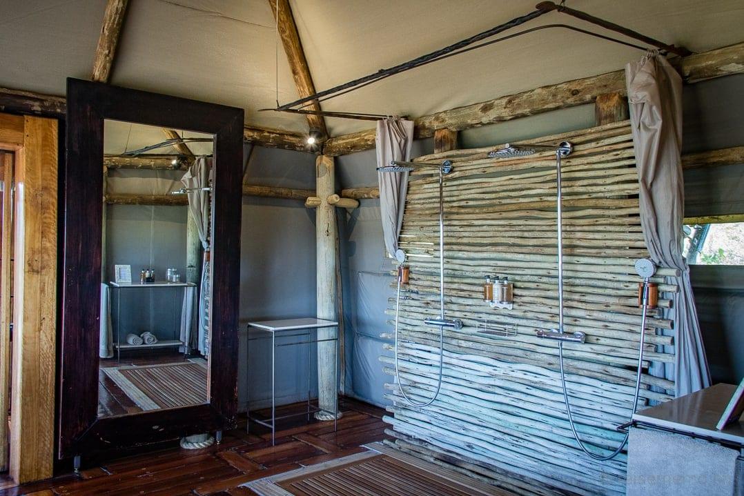 Grosszügige Doppeldusche im Zeltcamp von Little Mombo in Botswana