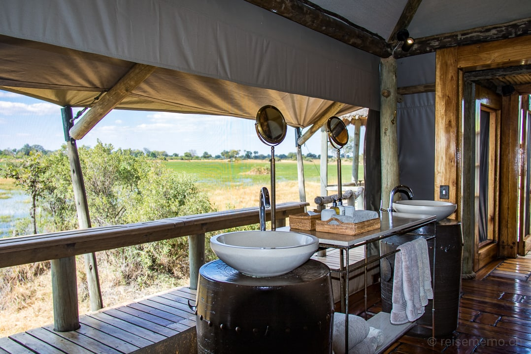 Doppellavabo des Little Mombo Camps mit Aussicht ins Moremi Reservat