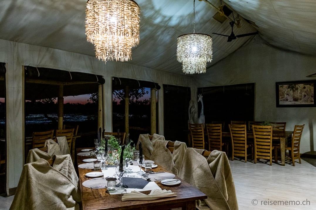Gedeckter Tisch für das Abendessen im Tubu Tree Camp in Botswana