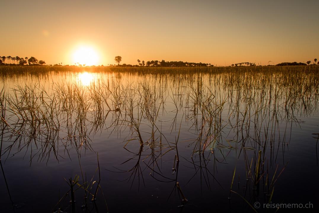 Sonnenuntergang im Mokoro-Kanu