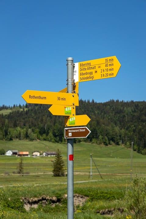 Wanderwegweiser zwischen Rothenturm und Biberbrugg