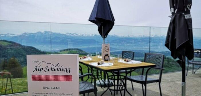 Aussicht von der Terrasse der Alp Scheidegg auf Zürichsee und Voralpen