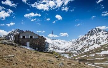 Maighelshütte mit dem Piz Nair (2764 M.) im Hintergrund