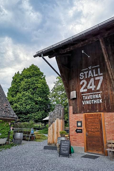 Eingang zur Taverne und Vinothek Stall 247